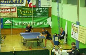 Billy Bordo (im Hintergrund) gegen Bundesliga-Spieler Victor Vajda